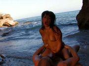Un couple baise sur la plage, quelle belle preuve de romantisme