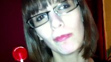 Jeune femme à lunettes draguée en boite de nuit