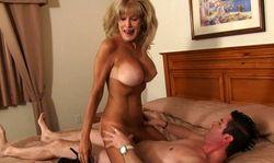 Une femme agée se fait démonter par un jeunot