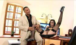 La secrétaire sans culotte allume son patron