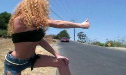 Une auto-stoppeuse plus que salope