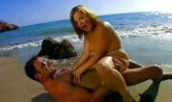 Femme ronde sautée à la plage