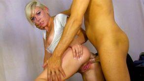 Une jolie blonde sodomisée par un flic rippou