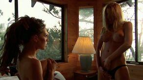 Deux lesbiennes salopes se retrouvent dans un cottage pour baiser